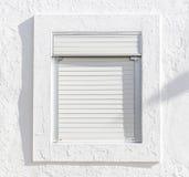 Fenêtre blanche avec des abat-jour de blanc sur un mur blanc Photos libres de droits