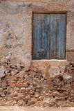 Fenêtre bleue à la maison abandonnée Images libres de droits