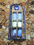 Fenêtre bleue de mosaïque sur le bâtiment en pierre Photos stock