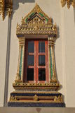 Fenêtre bouddhiste d'architecture chez Wat Phra Sri Beautiful Temple Bangkok Thaïlande Photographie stock