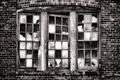 Fenêtre cassée sur le vieux bâtiment industriel abandonné Photos libres de droits