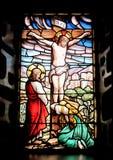 Fenêtre colorée avec l'image de Jésus crucifié Images libres de droits
