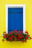 Fenêtre colorée sur le mur, Burano, Venise, Italie Image stock