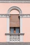Fenêtre décorée de porte d'une villa néoclassique italienne image libre de droits