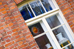 Fenêtre décorant, fleurs, bouteilles bleues image stock