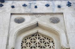 Fenêtre découpée de la tombe de Mujahid Shah, complexe de Haft Gumbaz, Gulbarga, Karnataka photographie stock libre de droits