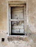 Fenêtre dégradée et détruite du bâtiment abandonné Image libre de droits