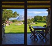 Fenêtre d'hôtel en Sardaigne Photos stock