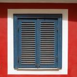 Fenêtre d'OD avec les volets bleus fermés Image libre de droits
