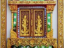 Fenêtre d'or traditionnelle dans le temple photos libres de droits