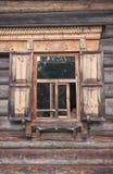 Fenêtre d'une maison en bois images libres de droits