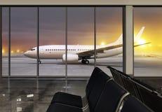 Fenêtre dans l'aéroport la nuit Photographie stock
