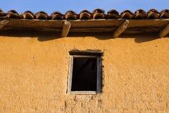 Fenêtre dans la Chambre d'Adobe - photo stock
