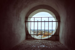 Fenêtre dans la vieille tour de cloche avec la négligence de trellis Photographie stock libre de droits