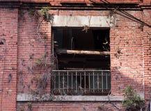 Fenêtre dans le bâtiment abandonné Images libres de droits