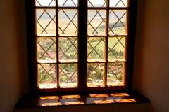 Fenêtre dans le château de serf images stock
