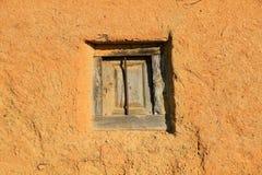 Fenêtre dans le mur d'Adobe photographie stock libre de droits