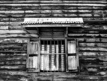 Fenêtre dans le mur en bois de la culture photographie stock libre de droits