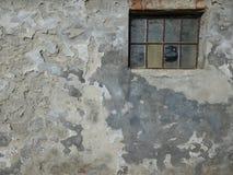 Fenêtre dans le vieux mur ruiné Photographie stock