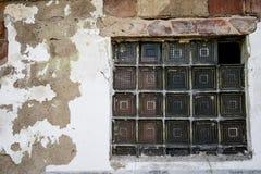 Fenêtre dans un bâtiment désolé Vieille fenêtre incorporée dans un vieux b Image libre de droits