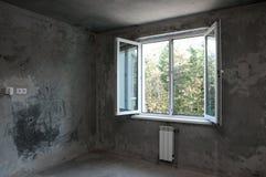 Fenêtre dans un nouvel appartement sans finir Images stock