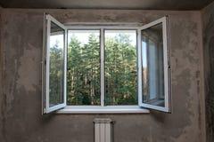 Fenêtre dans un nouvel appartement sans finir Photographie stock libre de droits