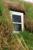 Fenêtre dans une Chambre de gazon islandaise Images libres de droits