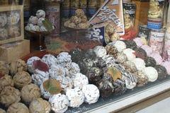 Fenêtre de boulangerie avec les biscuits frais photographie stock libre de droits