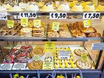 Fenêtre de boulangerie avec les bonbons locaux traditionnels image stock