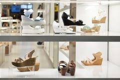 Fenêtre de boutique de chaussures des femmes Photos stock