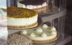 Fenêtre de boutique de gâteaux photo libre de droits
