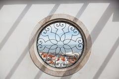 Fenêtre de cercle - miradouro de point de vue de Santa Luzia, avec la vue à la vieux ville d'Alfama et Tage - Lisbonne, Portugal images libres de droits