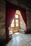 Fenêtre de château avec des rideaux Photographie stock libre de droits
