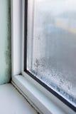 Fenêtre de Chambre avec l'humidité et la condensation image stock