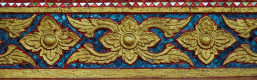 Fenêtre de découpage d'or antique de temple thaïlandais thailand Photographie stock libre de droits