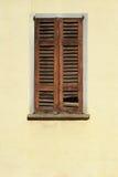 Fenêtre de Dacayed avec les abat-jour en bois, italiens Images stock