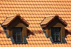 Fenêtre de grenier dans le toit carrelé orange photo stock