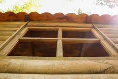 Fenêtre de la vieille cabane en rondins en bois Photos libres de droits