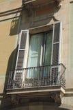 Fenêtre de Louvre avec des volets à Barcelone, Espagne Images stock