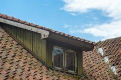 Fenêtre de mansarde dans le vieux toit carrelé photographie stock libre de droits