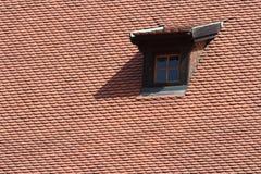 Fenêtre de mansarde dans le vieux toit carrelé images stock