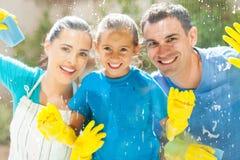 Fenêtre de nettoyage de famille images stock