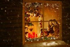 Fenêtre de Noël, famille célébrant des vacances, Chambre de nuit d'hiver images stock