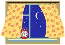 Fenêtre de nuit avec un rideau Images stock
