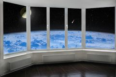 Fenêtre de pièce avec la vue à espacer au-dessus de la comète de lune de l'atmosphère terrestre et du cosmos étoilé photographie stock libre de droits