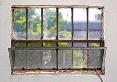 Fenêtre de sous-sol images libres de droits