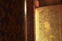 Fenêtre de temple avec le beau travail de lacker dans le style thaïlandais Photographie stock libre de droits
