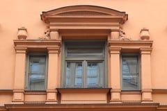 Fenêtre de vintage décorée des ornements riches sur le mur orange dans les rues de Munich, Allemagne image stock