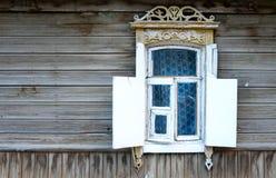 Fenêtre de vintage d'une vieille maison en bois en Russie Photos libres de droits
