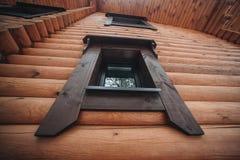 Fenêtre de vintage sur le mur en bois photographie stock libre de droits